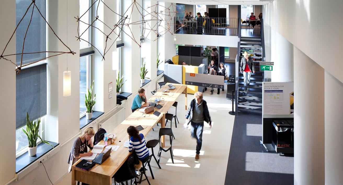 Sfeerbeeld van een studieruimte binnen een hogeschool