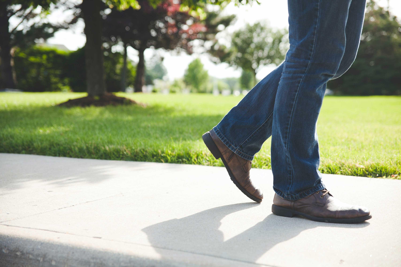 Onderbenen van een wandelend persoon
