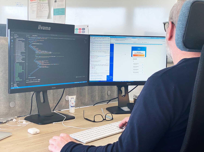 Developer bezig met coderen achter computer