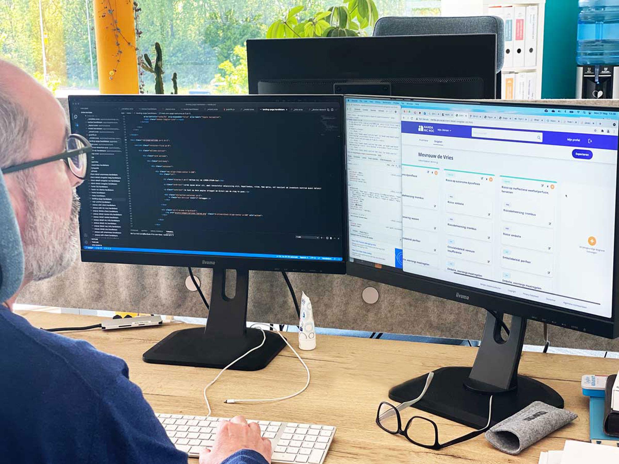 Developer schrijft code